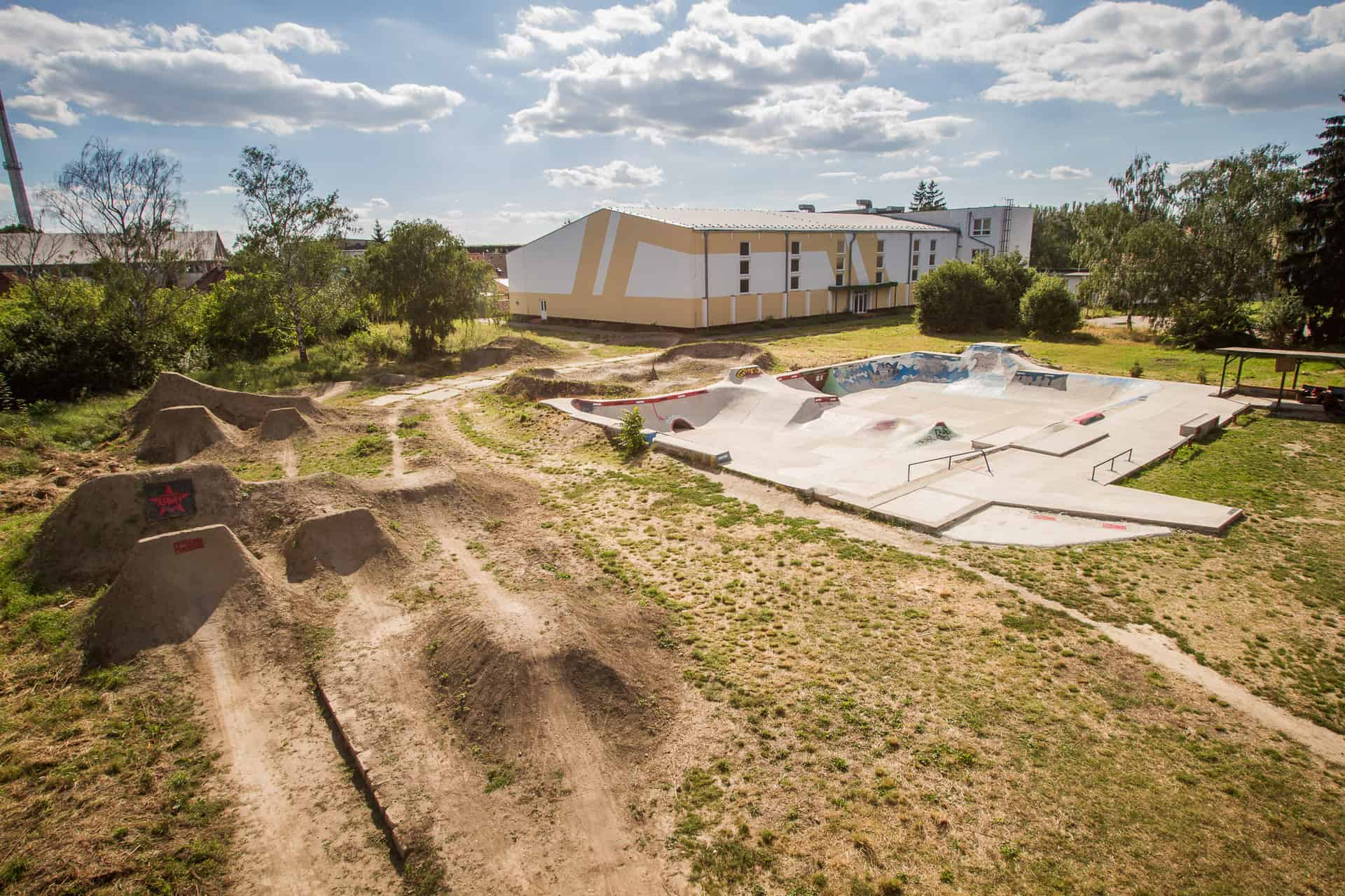 OUTDOOR ZONE – Concrete skatepark and dirt jumps